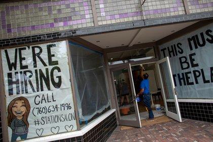 Un nuevo negocio con ofertas de trabajo en Encinitas, California (REUTERS/Mike Blake/archivo)
