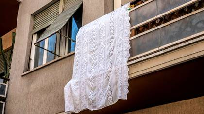Una sábana se exhibe en un balcón en Roma (EFE/EPA/LUCIANO DEL CASTILLO)