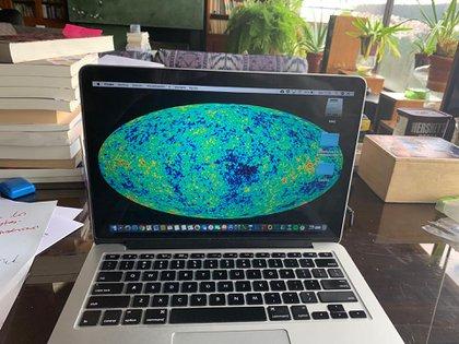 """""""El mapa cósmico de microondas"""". Computadora personal de Durán Barba, con su  fondo de pantalla preferido. Foto: Jaime Durán Barba."""
