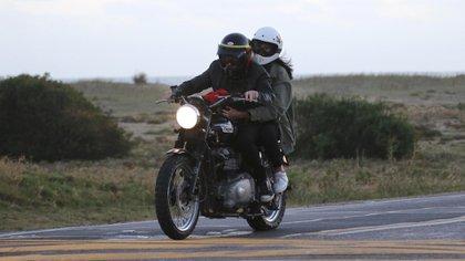 La pareja estuvo paseando en moto por la Ruta 10