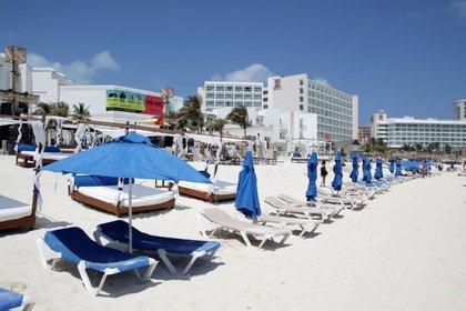 Una vista general muestra sillas vacías en la playa durante el brote de la enfermedad del coronavirus (COVID-19) en Cancún, México, 17 de marzo del 2020 (Foto: Reuters/Jorge Delgado)