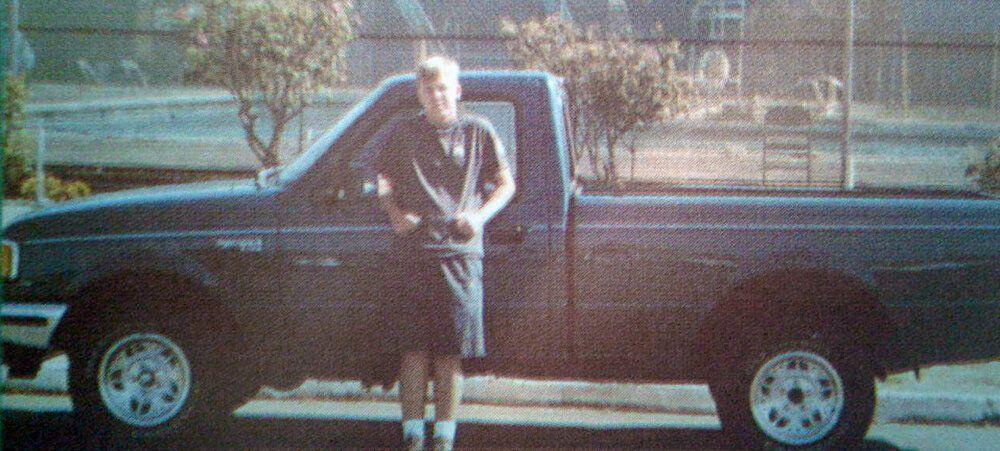 Paul Flores junto a su camioneta Ford Ranger en 1994 (Departamento de Policía de Arroyo Grande)