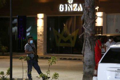 Policías prestan guardia en la zona donde un comando armado asesinó a una persona y dejó dos heridas en la madrugada de hoy (Foto: EFE)