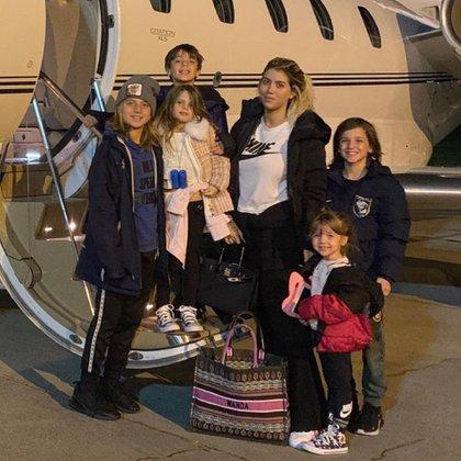 Wanda Nara junto a sus hijos rumbo a París