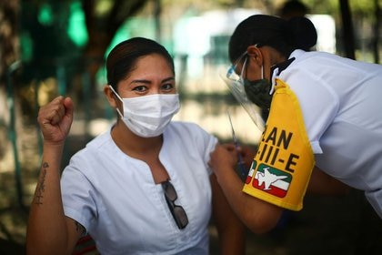 Miembros del personal médico reciben la primera dosis de la vacuna de Pfizer/BioNTech contra el COVID-19 en Ciudad de México, México. 27 de diciembre de 2020. REUTERS/Edgard Garrido