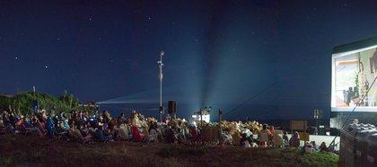 La bajada de los pescadores, en José Ignacio, en plena proyección de la película ganadora: Parasite.