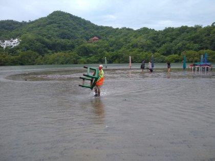 El Colima, elementos de Protección Civil apoyaron a los prestadores de servicios turísticos a proteger su mobiliario (Foto: Proteccion Civil Colima)