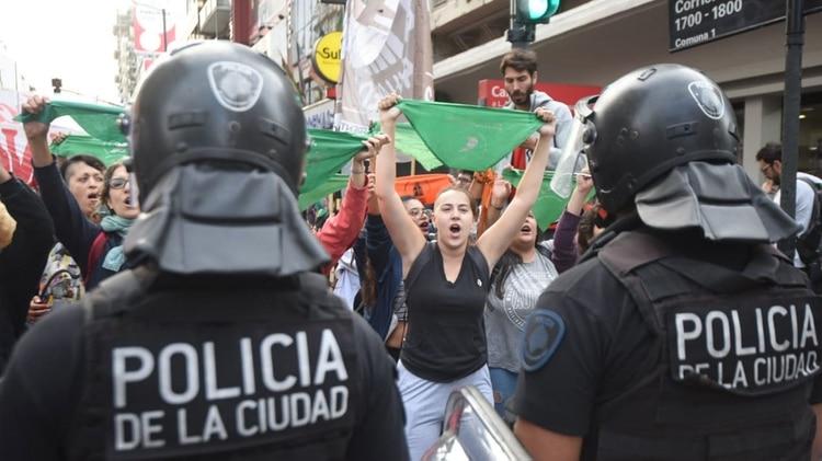 El cordón policial impide el avance de la manifestación