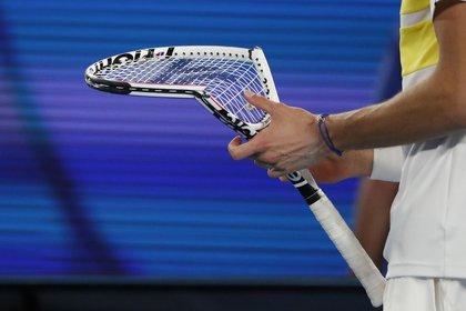 Medvedev broke his racket in the second set (REUTERS / Asanka Brendon Ratnayake)