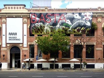 """""""Basta de contaminar"""", una obra de Nicolás García Uriburu en la fachada del Museo Moderno"""