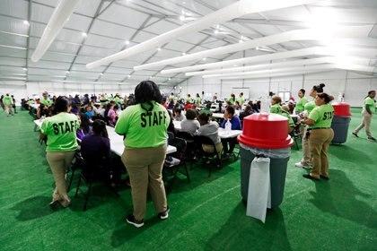 Centro para niños migrantes en Carrizo Springs, Texas, Estados Unidos (Eric Gay/Pool via REUTERS)