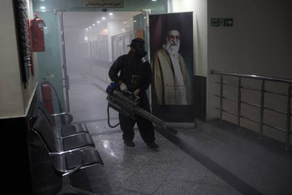 Un miembro de los bomberos lleva una máscara facial protectora, en medio del miedo a la enfermedad coronavirus (COVID-19), mientras desinfecta un edificio municipal, antes del Nowruz de Año Nuevo iraní, el 20 de marzo, en Teherán, Irán, el 18 de marzo de 2020.