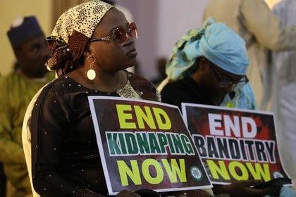 Foto de una manifestación pidiendo por la liberación de estudiantes secuestrados en Nigeria  REUTERS/Afolabi Sotunde
