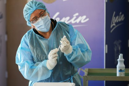 Vista de la preparación de una dosis de la vacuna contra el COVID-19 en Ecuador (EFE/José Jácome/Archivo)