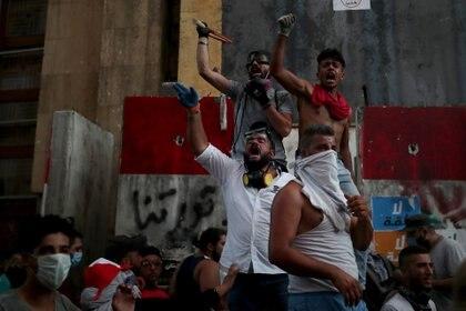 Los manifestantes participan en protestas contra el Gobierno que han sido provocadas por una explosión masiva en Beirut, Líbano (Reuters/ Alkis Konstantinidis)
