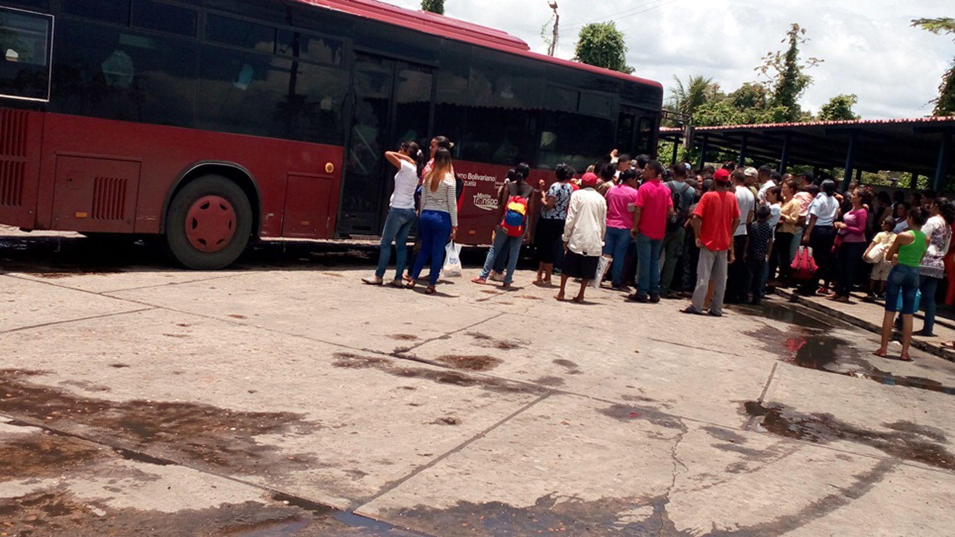 Caraqueños esperan bus público (Foto: Elizabeth Ostos)