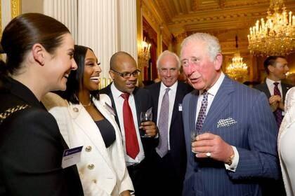 Imagen de archivo del príncipe Carlos de Reino Unido hablando con Alexandra Burke y otros invitados durante la Commonwealth Reception en Marlborough House, en Londres, Reino Unido. 9 de marzo, 2020. Aaron Chown/Pool via REUTERS