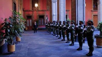 El presidente López Obrador defendió su idea de no usar los servicios del Estado Mayor Presidencial en su administración. (Foto: Documental Epigmenio Ibarra/ Twitter)