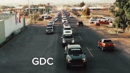 Un supuesto convoy de autodefensas en Michoacán (Foto: Captura de pantalla)