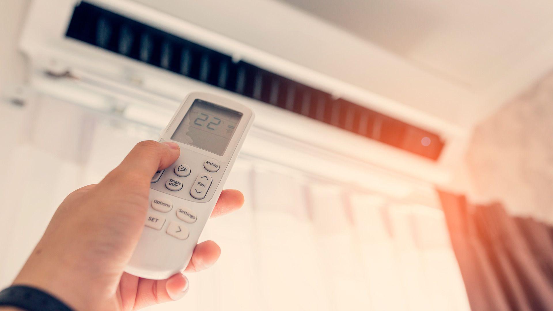 En cuanto al uso del aire acondicionado a la hora de dormir, la recomendación es mantener la temperatura regulada entre 24 y 27ºC (Shutterstock)