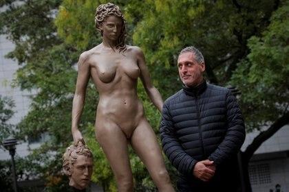 """El artista argentino Luciano Garbati posa junto a su """"Medusa con la cabeza de Perseo"""" (REUTERS/Brendan McDermid)"""