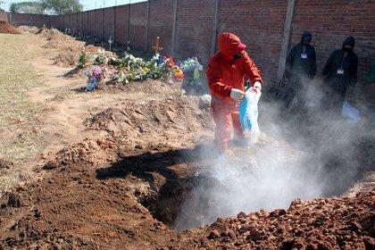 En julio y agosto aumentaron los entierros y las cremaciones al 200 por ciento respecto a las cifras habituales antes de la pandemia, cuando mensualmente se atendían alrededor de 450 entierros, según datos de la Alcaldía paceña. La Paz, Bolivia. EFE/Juan Carlos Torrejón/Archivo
