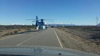 Un helicóptero de la Policía Federal sobre ruta 40, durante el allanamiento del lunes