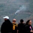 Un grupo de personas ve el humo procedente del helicóptero siniestrado en el que falleció el exjugador de baloncesto Kobe Bryant y otras cuatro personas en Calabasas, California, EEUU. 26 enero 2020. REUTERS/Ringo Chiu