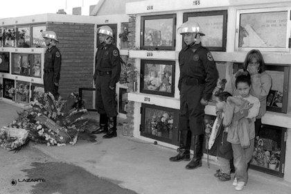 El sector del Cementerio Municipal de Puerto Madryn destinado a los bomberos, en el entierro en 1994 (Gentileza José Luis Lazarte)