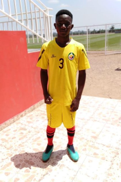 Pipito con la camiseta de la selección nacional de Mozambique