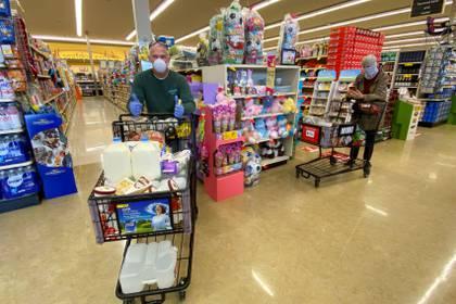 Gente comprando en los mercado de California en medio de a pandemia por coronavirus (REUTERS/Mike Blake)