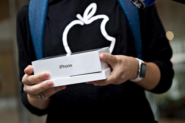 El derrumbe de las tecnológicas está arrastrado por Apple, que anunció un recorte en los pedidos de producción para sus modelos de iPhone (Bloomberg / Daniel Acker)