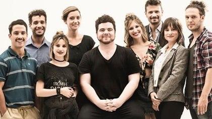 Gastón Cocchiarale y el elenco de Esto es tan sólo la mitad de todo aquello que me contaste