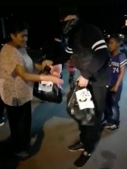 El CJNG, uno de los más sangrientos cárteles de la droga, se exhibió regalando despensas en mayo del año pasado (Foto: Captura de pantalla)