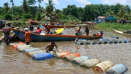 Los contrabandistas se surten de las estaciones de gasolina de Maracaibo, Venezuela, para venderla de forma ilegal en Maicao por 3.700 veces más de su valor.