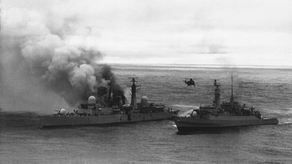 El rescate de sobrevivientes del HMS Sheffield, el 28 de mayo de 1982. Dos Super Etendard atacaron al barco inglés que se hundió en aguas del Atlántico Sur (AP)