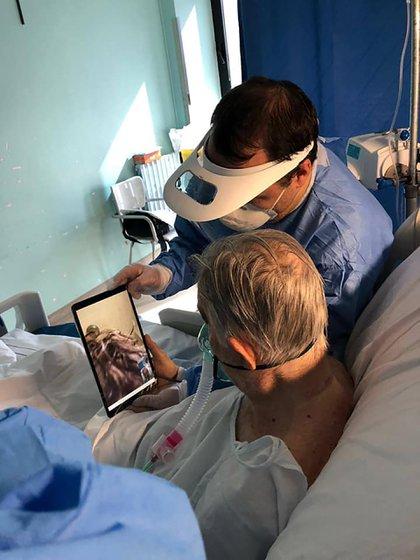 Un médico junto a un paciente con coronavirus internado en un hospital que se conecta por videollamada con sus familiares, posiblemente por última vez (Facebook Lorenzo Musotto)