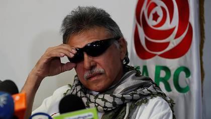 """El líder del partido político FARC Seuxis Paucias Hernández, alias """"Jesús Santrich"""", durante una rueda de prensa luego de ser liberado por orden de la Fiscalía colombiana, en Bogotá, Colombia ( EFE/ Mauricio Dueñas Castañeda)"""