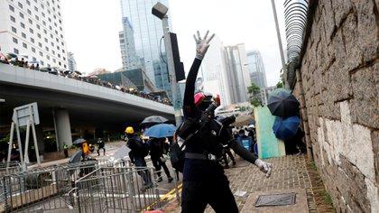 Un manifestante lanza un objeto en plena protesta (REUTERS/Kai Pfaffenbach)