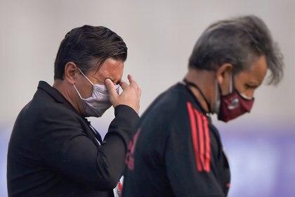 Marcelo Gallardo, afectado por los gases lacrimógenos, en la previa del encuentro entre River y Junior en Barranquilla (REUTERS/Daniel Munoz)