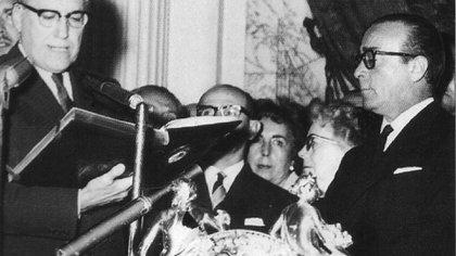 José María Guido, de la UCRI,  jura como presidente luego de que los militares derrocaran a Arturo Frondizi en marzo de 1962.