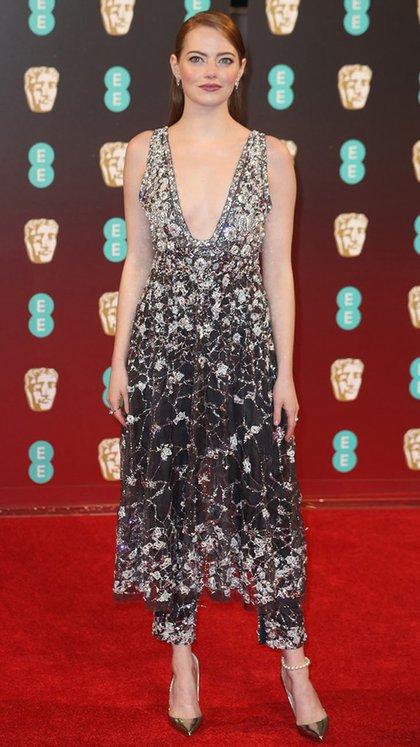Impactante- Emma Stone- con una pieza hecha a medida para la actriz con el sello inconfundible deChanel. El detalle en perla de su tobillera