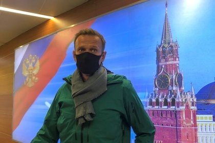 El líder opositor ruso Alexei Navalny habla con periodistas al llegar al aeropuerto de Sheremetyevo en Moscú, Rusia, 17 de enero de 2021. REUTERS/Polina Ivanova