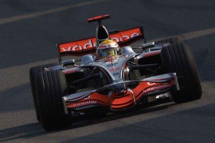 El inglés Lewis Hamilton y su MP4 23 con el que salió campeón en 2008.