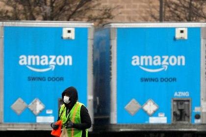 Imagen de archivo de un trabajador utilizando una mascarilla mientras camina entre camiones estacionados en una instalación de Amazon en medio de la epidemia del coronavirus, en Bethpage, Long Island, Nueva York, Estados Unidos. 17 de marzo, 2020. REUTERS/Andrew Kelly/Archivo