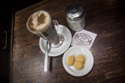 Capuccino con masitas, una de las opciones que sirven de cafetería en Café Margot