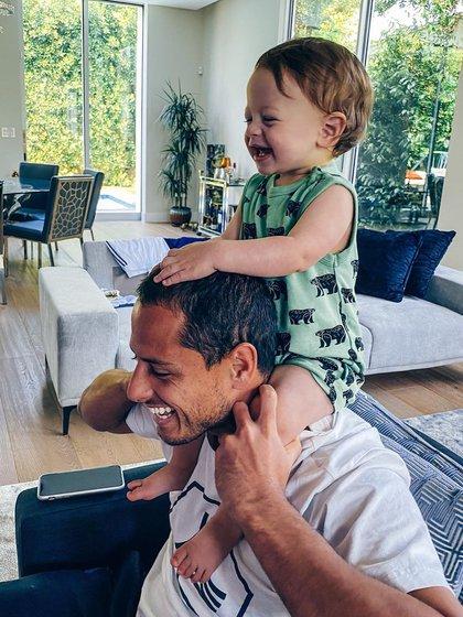 El delantero se divierte con su hijo en este periodo de aislamiento  (Foto: Instagram @Ch_14)