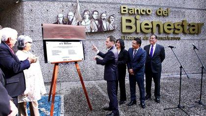 Arturo Herrera Gutiérrez, secretario de Hacienda y Crédito Público, develó la placa conmemorativa de inicio de operaciones del Banco del Bienestar     (FOTO: CUARTOSCURO)