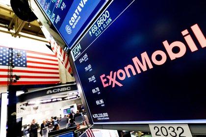 El logo de ExxonMobil en la bolsa de Nueva York, donde ayer su valor fue superada por una empresa de energía renovables EFE/EPA/JUSTIN LANE/Archivo