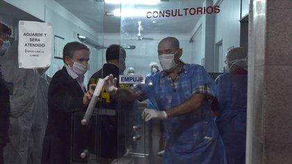 La inspección realizada el viernes 17 a la clínica Centro de Salud Norte en Villa Adelina (Franco Fafasuli)